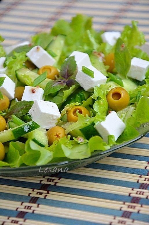 Зеленый греческий салат. Оливки, фаршированные лимоном; Фета; Огурец; Базилик  – 5–6 веточек; Салатные листья – 1 пучок; Лук зеленый; Масло оливковое; Перец свежемолотый – по вкусу