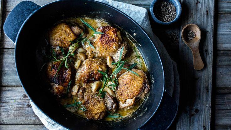 Kylling og estragon er en suveren kombinasjon. Når det gjelder antall hvitløksfedd i oppskriften må du absolutt ikke la deg skremme, selv om jeg godt kan forstå at 15 fedd høres ut som 10 for mye. Men det du vil oppleve er at hvitløken skifter fullstendig karakter og blir både mild og sødmefull med en nøtteaktig smak. Samtidig som lårene koker seg møre i en frisk og fyldig fløtesaus.    Serveres med for eksempel ris og ristet godt brød til å suge opp den deilige sausen. For ekstra god smak…