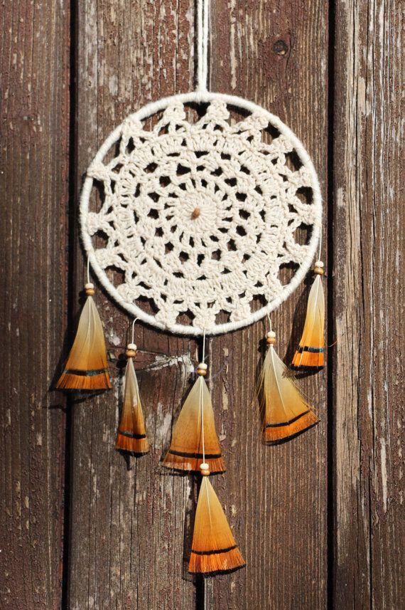 Attrape-rêves amérindien - capteur de rêve napperon dentelle - dreamcatcher - plumes de faisan  orange et noir- dentelle écru - décor mural