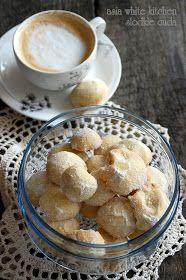 Składniki na ok 70 ciasteczek  340 g masła  90 g cukru pudru + drugie tyle do obtoczenia po upieczeniu  3/4 łyżeczki soli  220 g zmielo...