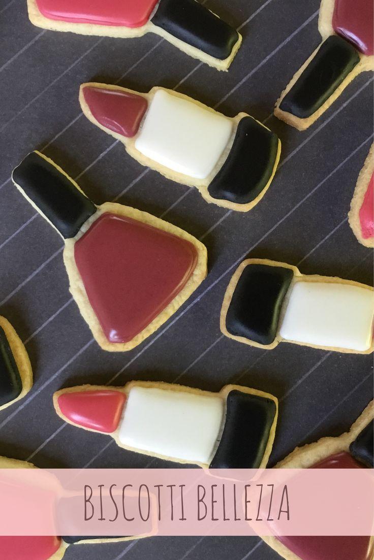 Tanti coloratissimi biscotti decorati a forma di smalti e rossetti.