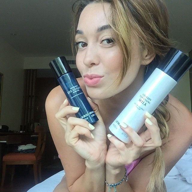 не расстаюсь с молочком для снятия макияжа и масляной смывкой для снятия макияжа глаз от Giorgio Armani. Оба средства прекрасно подходят для чувствительной и сухой кожи, легко снимают макияж.