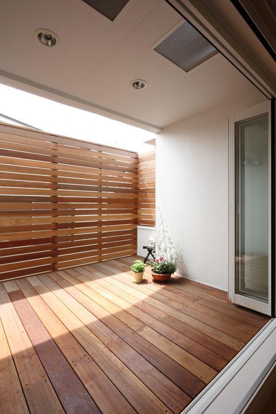ダイニングの窓はフルオープンで、一続きになるウッドデッキは耐久性に優れ褪色が少ない木材を使用。アウトドアリビングとしてはもちろん、子供のプール遊びもできる使い勝手の良さが魅力です。