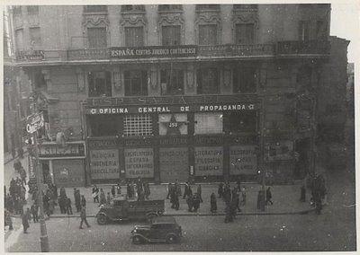 La Casa del Libro, de la Gran Vía, durante la guerra civil. Como puede verse en la foto había sido requisada por la Oficina Central de Propaganda.