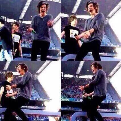 Jedna cura je sinoć na koncert ponijela bananu i mahnula je njom Harryu i ovo je bila njegova reakcija^^