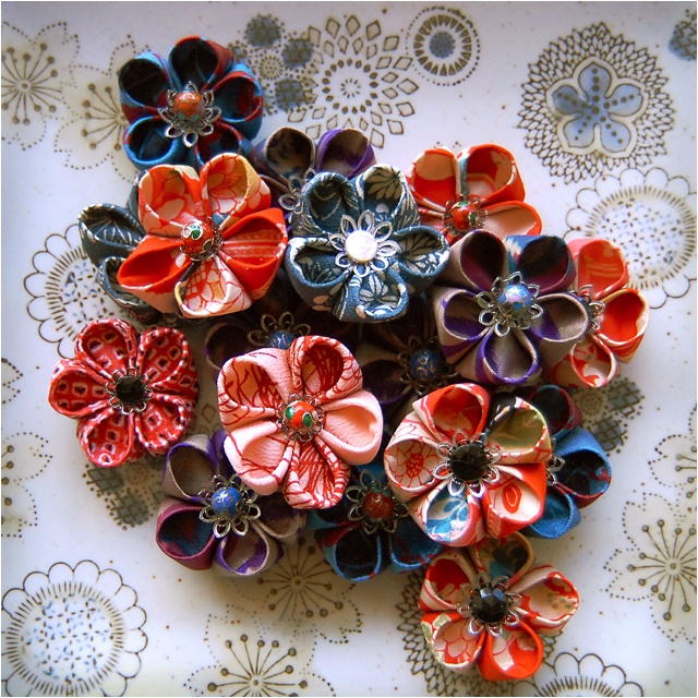 DIY japanese flower brooches    http://kimonoreincarnate.blogspot.c om.au/2012/04/how-to-make-japanese-kanzashi-style.html?m=1