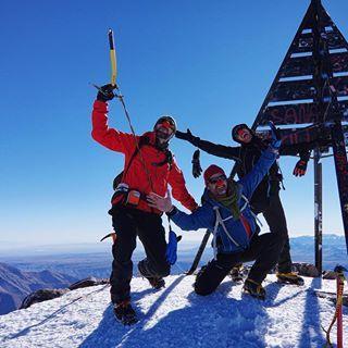"""SI TIENES UN SUEÑO ENCONTRARAS EL CAMINO"" ️En la cumbre del Toubkal 4.167 metros  #imlil  #aremd #toubkal #marrakesh #morocco #marruecos #toubkalnationalpark #viajasinmaletas #alpinism #alpinismo #trekking #hike #neverstopexploring #backpacker #adventure #mountains #montaña #atlas #atlasmountains #highatlas #k3ii #pentaxk3ii #jebeltoubkal #highatlasmountains #maroc #ikhibisur #mounttoubkal #toubkalsummit"