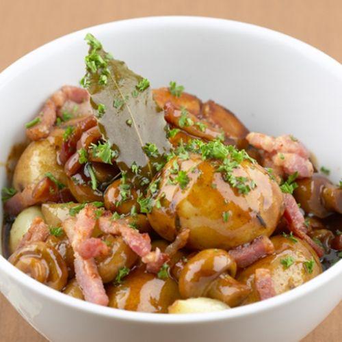 Aardappelen in rode wijn met spekjes en zilveruitjes