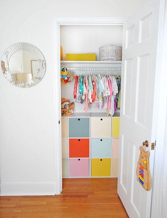 Rangements simples et colorés chambre d'enfants | Midcentury girl's nursery, Colorful cabinets