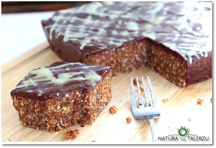 Piernikowe ciasto z orzechami i czekoladą
