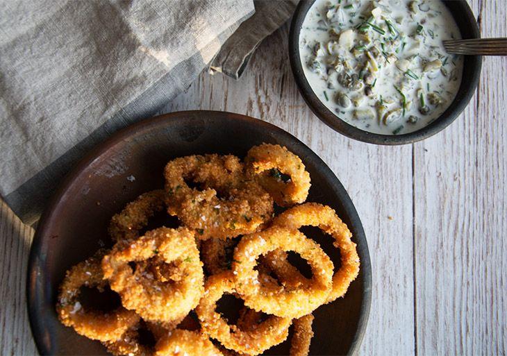 Sprøde og virkelig lækre hjemmelavede Calamares som er perfekte til forret eller en skøn tapas menu på en sommerdag - få opskriften her
