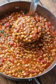Chili aux lentilles! Moi j'ai pris 2 btes (540ml) tomates étuvées en dés Aylmer Accents ass. chili et j'ai ajouté 1/2 c. thé poivre cayenne et utilisée le bouillon légumes. Une fois cuit, j'ai épaissi avec de la fécule de maïs diluée dans de l'eau froide et j'ai ajouté 1 bte(341 ml) maïs en grains, égouttée. Remplacée coriandre par persil italien...