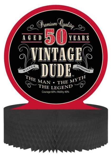 Centro de mesa cumpleaños vintage 50 años: Este centro de mesa vintage tiene una base de papel alveolado negro y una viñeta de cartón de 30,5x30,5 cm.La viñeta tiene frases en inglés con el número 50 en el...