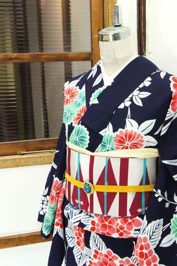 濃紺色地に、青磁色や薄紅、藍などのぼかし美しく染め出された紫陽花や菊花、雛芥子などが咲き誇る注染レトロ浴衣です。 #kimono