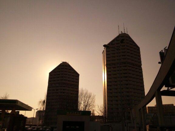 #akademiki #kredka i #olowek ✴ #wroclove #wroclaw #dolnoslaskie #polska #poland #lubiepolske  ✴ #zachod #slonca #sunset #buildings #budynki #architektura #architecture #sylwetki #goldenhour #zlotagodzina