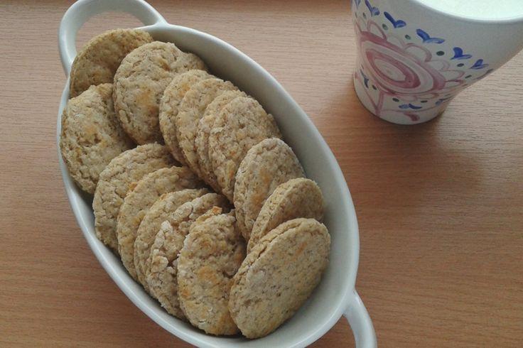 Vrei o gustare sănătoasă între mese? Foloseşte fulgii de ovăz pentru a crea cei mai gustoşi biscuiţi. Eu mereu ţin la îndemână o porţie de biscuiţi de ovăz.