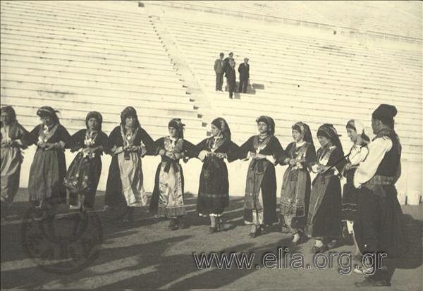 Εορτασμοί της 4ης Αυγούστου: γυναίκες και άνδρες χορεύουν  με παραδοσιακές ενδυμασίες της Καρπάθου.1937.