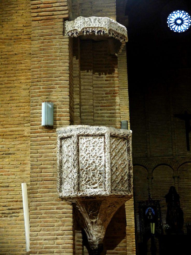 Púlputo estilo mudéjar. Esta en el lado de la epístola. Desde él predico San Vicente  Ferrer que pidió cristianizar en 1405 la sinagoga , hoy conocida como la de Santa María la Blanca.
