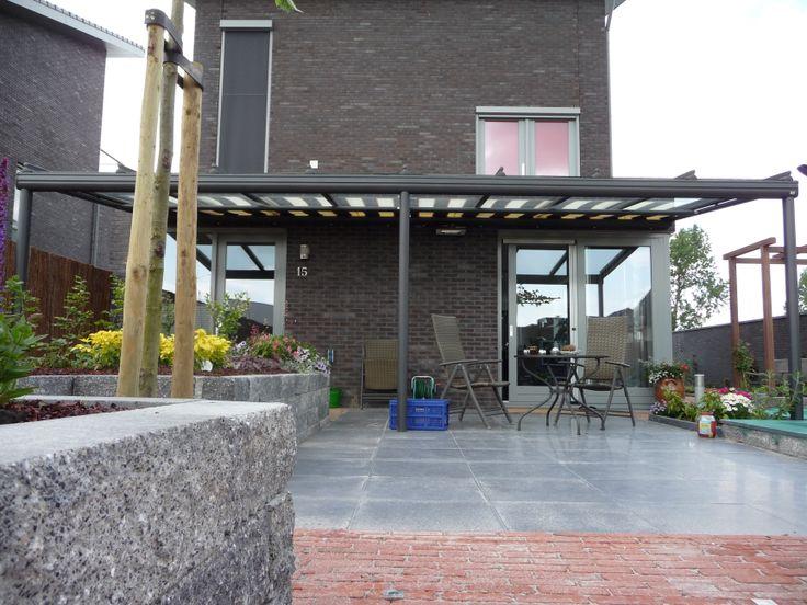 Terrasoverkapping  met daar onder een zonwering. http://www.veldmanzonwering.nl/terrasoverkapping/weinor-terrazza/met-onderzonwering/