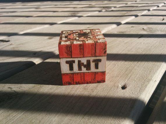 Mignon petit blocs de Minecraft, un bloc de TNT et un artisanat de table, fait jusquà dans un style rustique attrayant. Vous obtenez à la fois avec cette liste! Les deux blocs sont des cubes 2.5, ont des conceptions pyrogravé et sont peints avec de la peinture acrylique. Ils ne sont pas finis avec n'importe quelle tache ou vitrificateur--le bois brut correspond mieux à la superficialité de la conception.  Si vous cherchez un ensemble différent de blocs de Minecraft ou un autre produit de…