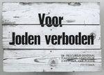 Dit soort bordjes hangt bij markten, cafe's, dierentuinen, parken... De Duitse bezetters willen zo de joden en de andere Nederlanders van elkaar scheiden.