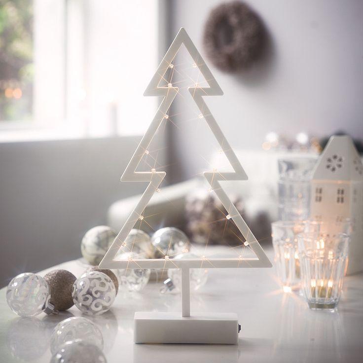 Jingle Tree er et stilrent og dekorativt dekortre av plast med 16 LED lys fra Herstal. Passer perfekt til både vinduskarm, på bord eller hylle.