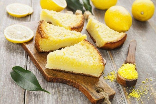 La torta al limone cremosa è un dolce dalla consistenza morbida e dal sapore irresistibile. Ecco la ricetta ed alcuni consigli utili