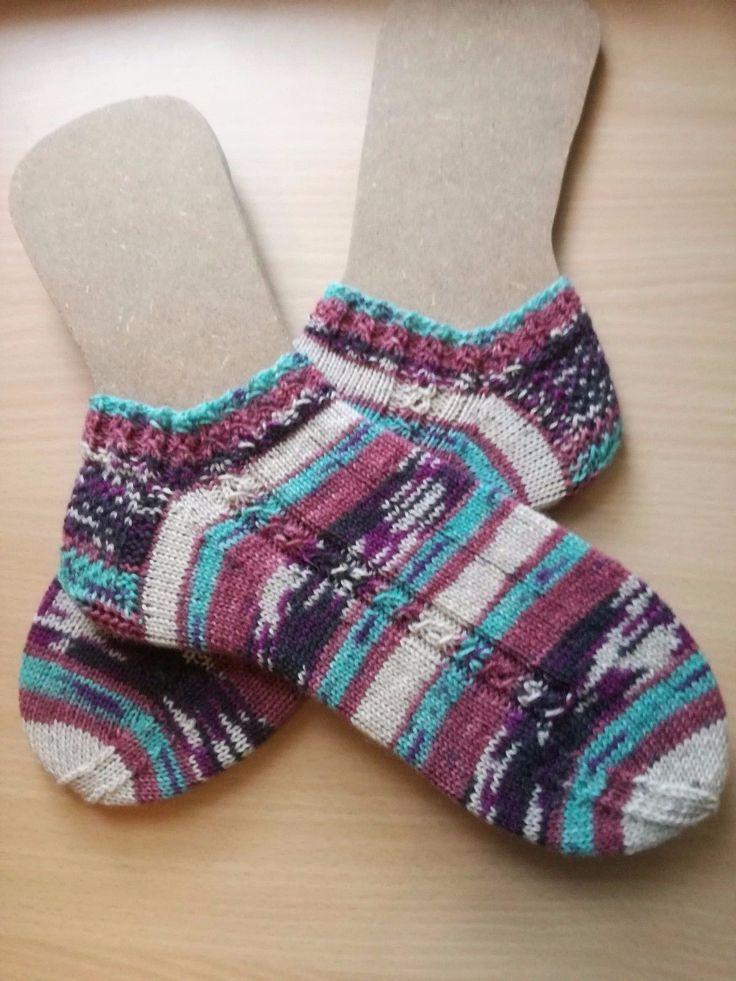 Der #Winter naht und #Frauen haben doch immer kalte Füße. Jetzt keine kalten Füße mehr bekommen.  Handgestrickte Damensneaker Gr. 38/39   Ich biete hier ein Paar handgestrickte Socken der Größe 38/39 aus Opal Sockenwolle an .  Das Garn ist 4-fädig und aus 75% Schurwolle und 25% Polyamid.Laut Hersteller ist sie bis 40°C im Schonwaschgang waschmaschinenfest, allerdings sollte auf Weichspüler verzichtet werden. Nicht Trockner geeignet.