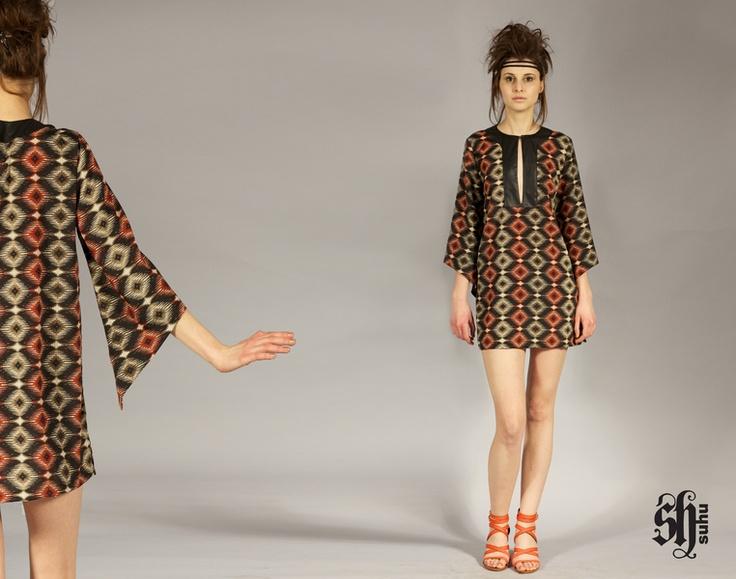 Diese lässige Tunika mit Aztekenmuster und raffinierter schwarzer Blende am Ausschnitt trägt sich leicht und geschmeidig und ist ein idealer Beglei...