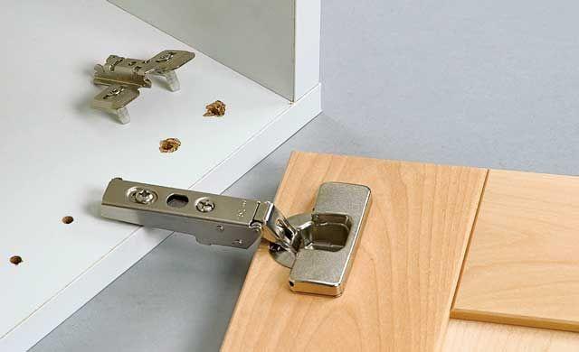 Schnell ist es geschehen und die Tür vom Küchenschrank löst sich vom Pressspankorpus: So leicht können Sie ein ausgerissenes Scharnier reparieren