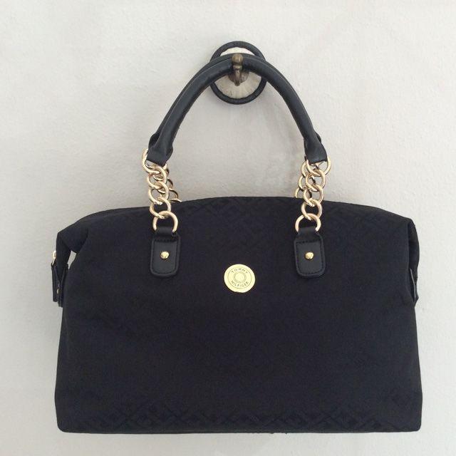 Tommy Hilfiger 6928050990 - 255₺ Altın rengi metal detayı ile geniş hacimli çok şık elde taşınabilen Duffel/Satchel çanta. Kumaştır, Normal boyuttadır. Sipariş için Arayabilir, SMS veya E-Posta yollayabilirsiniz.