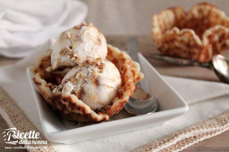 Volete servire il vostro gelato in golose coppette di cialda fatte in casa? Ecco la ricetta con cui potete anche realizzare biscottini per decorare il gelato o con un po di abilità anche dei coni gelato.