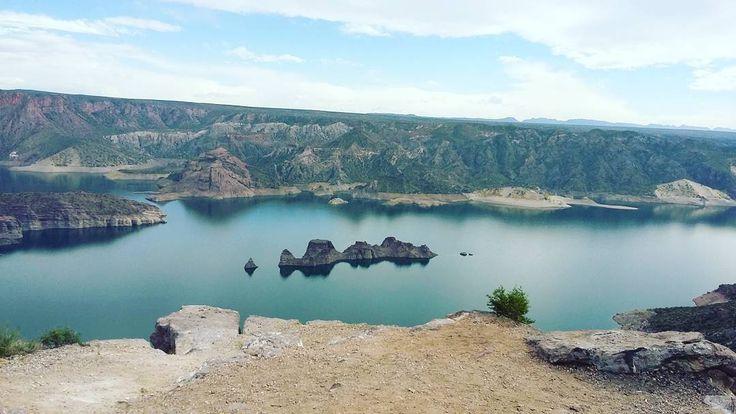 """El famoso """"submarino"""" en San Rafael (Mendoza, Argentina), durante la excursión al Cañón del Atuel �� ¿No les parece increíble? Es uno de los paisajes que más disfruté de la excursión. ¡Pronto les contaré más en mi blog! �� . ¿Que tal el fin de semana? Para los que notaron mi ausencia... ¡Vuelven los posteos diarios!�� . . . #travel #mendoza #sanrafael #cañondelatuel #elsubmarino #landscape #photooftheday #picoftheday #instagood #lake #traveler #travelphotography #viaje #viajera #blog…"""