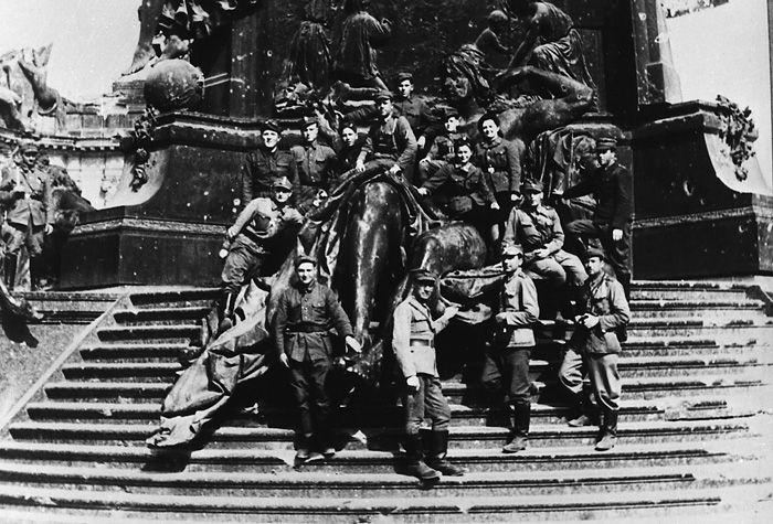 Die polnische Flagge auf dem Brandenburger Tor - The Polish Flag over the Brandenburger Tor in Berlin May 1945