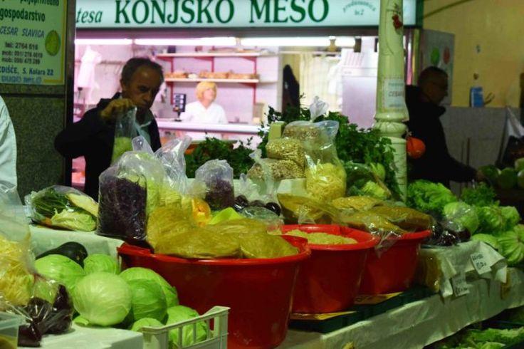 Eingelegter Kohl ist sehr beliebt in der nordkroatischen Küche. Auf dem Dolac in Zagreb bekommt man Kiseli Kupus, allerdings auch Pferdefleisch, wie im Hintergrund zu lesen ist.