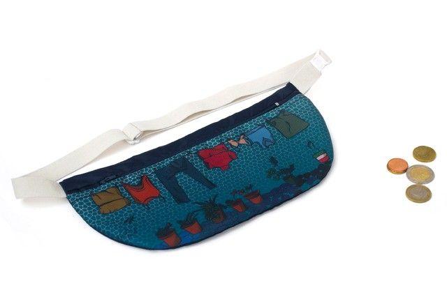 Portavalores impermeable con cintura elástica regulable y estampado de diseño de autor.