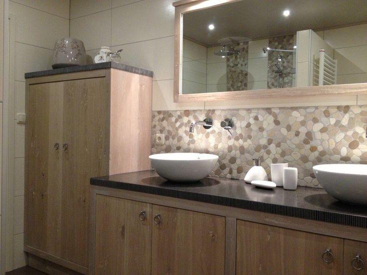 Fraai eiken badmeubel met keramische opzet waskommen op een hardsteenlook werkblad.