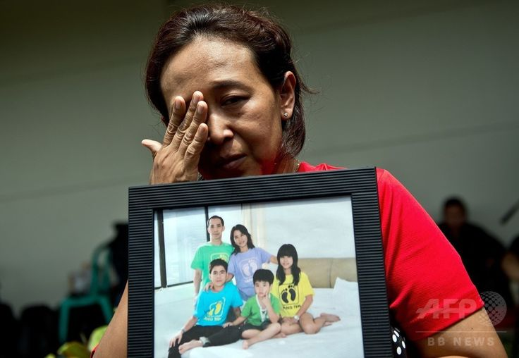 インドネシア・スラバヤ(Surabaya)の国際空港で、消息を絶ったエアアジア(AirAsia)機に乗っていた家族の安否を心配する女性(2014年12月29日撮影)。(c)AFP/MANAN VATSYAYANA ▼29Dec2014AFP|「呪いか」 嘆くマレーシア、1年で旅客機3機に悲劇 自然災害も http://www.afpbb.com/articles/-/3035383 #QZ8501
