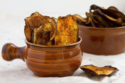 Fırını 125 dereceye ayarlayın.  Fırın tepsisi yağlayın veya yağlı kağıt serin Patlıcanları ince ince dilimleyin. Dilimlediğiniz patlıcanları fırın tep...