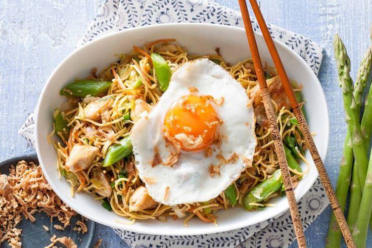 Lekker snel klaar en je groenten houden een bite, deze  noedelroerbak met kip, asperges en een eitje - Recept - Allerhande