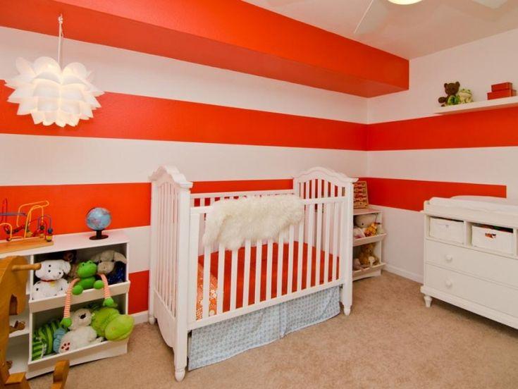 Vintage babyzimmer geschlechtsneutral rot weiss horizontale streifen wanddeko beiger