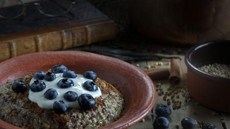 Hvad er det grød kan og hvad kan vi bruge den til? Jeg har testet tre veganer grødopskrifter for at finde ud af, hvad den nye grød-hype drejer sig om.