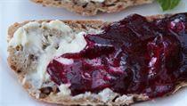 Džem z červené řepy láká nejen barvou, ale i chutí