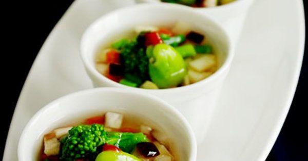 うどん入りの茶碗蒸し。野菜餡をたっぷりかけて茶碗蒸しにうどんを入れた「小田巻き蒸し」。野菜餡をたっぷりかければ、具だくさんで栄養満点。のど越しもつるっとなめらかで、体が温まるうれしい一品。卵の代わりにごはんを入れてもおいしいのでぜひ試して。|『ELLE a table』はおしゃれで簡単なレシピが満載!