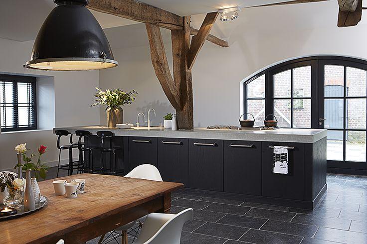 Onlangs werd in een mooie boerderij deze keuken geplaatst. In deze keuken werd ons fineer prachtig verwerkt. Een echte droomkeuken op een droomplek! Door: Harold Lenssen keukens