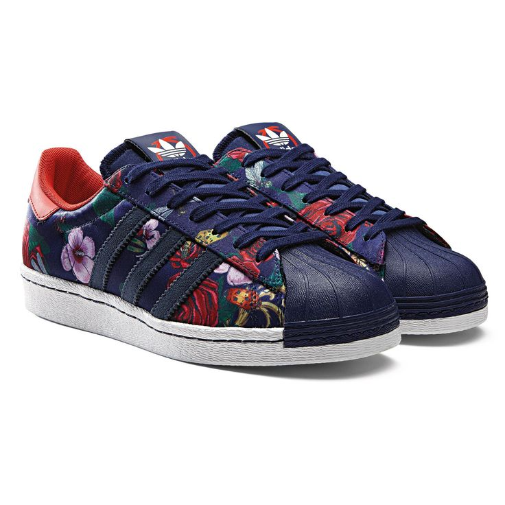 A retro look feels fresh again. This treatment is inspired by the style of British pop star Rita Ora, part of her collaboration with adidas Originals. These womens adidas Superstar shoes have a baroque floral satin upper, rainbow foxing tape and a rubber shell toe.