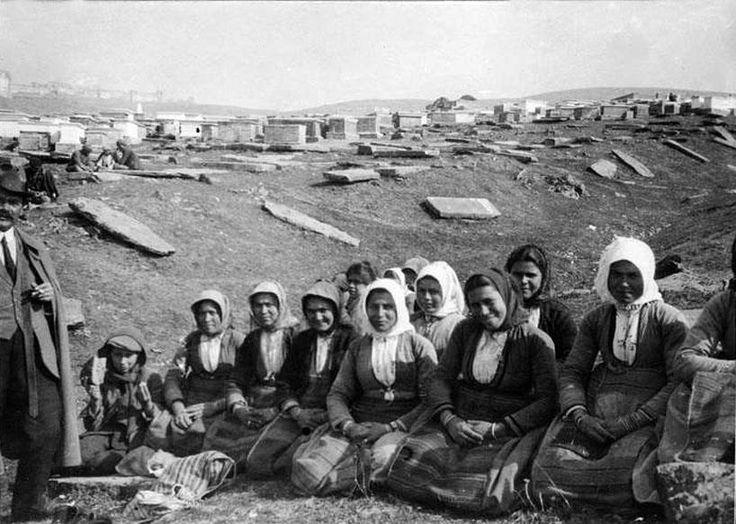 Θεσσαλονίκη, 1917, εργάτριες λιθοξόες στο εβραϊκό νεκροταφείο. Δημοσίευση Θεόδωρου Μεταλληνού.