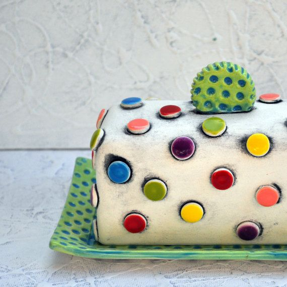He encontrado este interesante anuncio de Etsy en https://www.etsy.com/es/listing/175970558/colorful-polka-dot-pottery-butter-dish