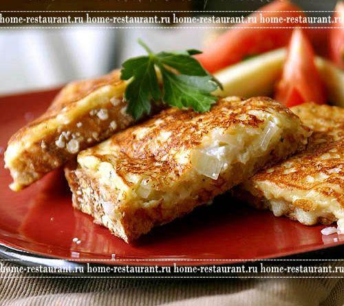 Горячие бутерброды на сковороде с луком и яйцом