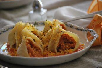 Caracolas rellenas de atún y huevo con salsa ligera de tomate